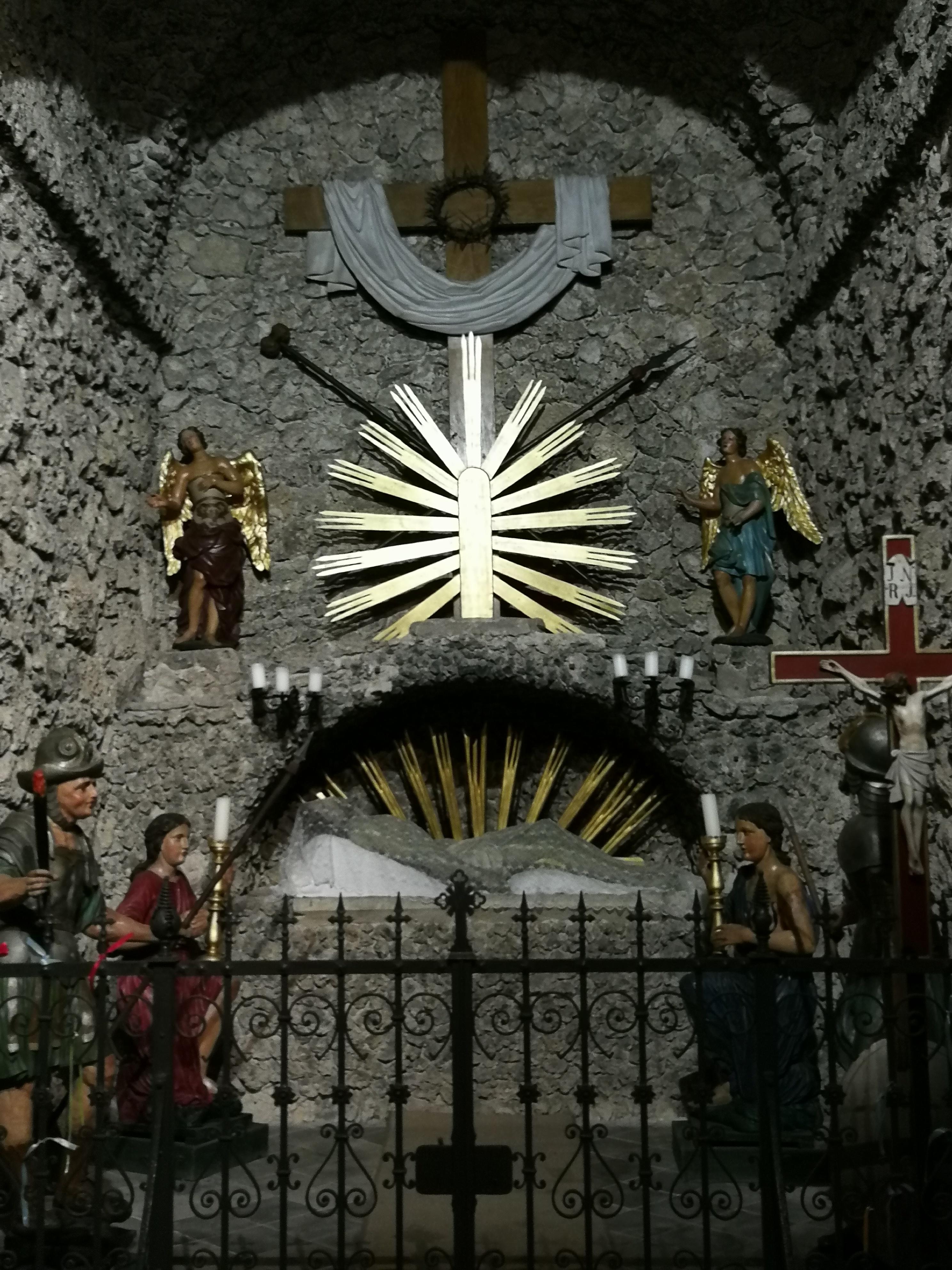 Kreuz gefesselt ans Devote lässt